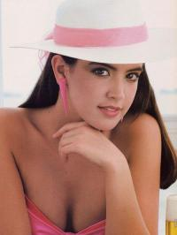 phoebe_cates_modelling_in_white_and_pink_hat