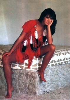 phoebe_cates_native_american-themed_peacock_outfit_2