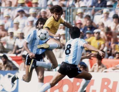 FUSSBALL : WM 1982 , BRA - ARG  3:1