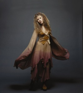 stevie_nicks_in_gypsy-like_outfit