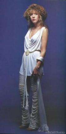stevie_nicks_in_weird_white_outfit