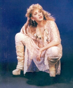 stevie_nicks_wearing_white_dress_and_white_platform_boots