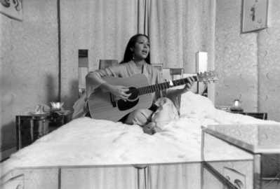 yvonne_elliman_playing_guitar_on_bed
