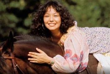 yvonne_elliman_posing_on_horse