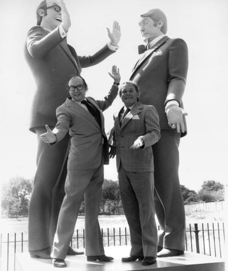 morecambe_and_wise_1978_with_giant_sculptures_of_thelmselves_in_regents_park