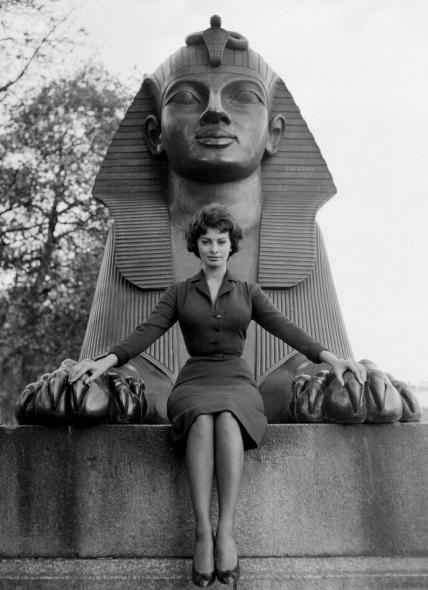 sophia_loren_1960_posing_with_sphinx_on_london_embankment