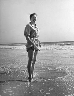 deborah_kerr_at_the_beach
