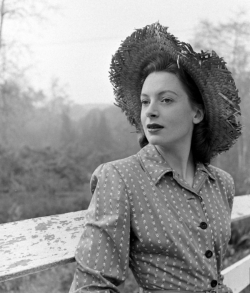 deborah_kerr_in_a_straw_hat