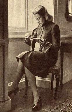 deborah_kerr_young_modelling_a_1940s_utility_jaeger_suit