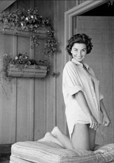 jean_simmons_barefooted