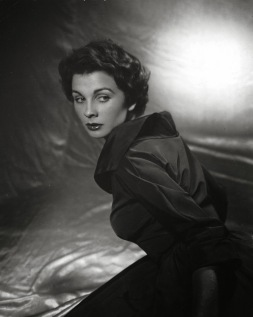 jean_simmons_dark_dress_and_lipstick