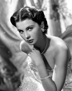 jean_simmons_fingering_her_necklace