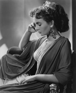 jean_simmons_glancing_down_demurely