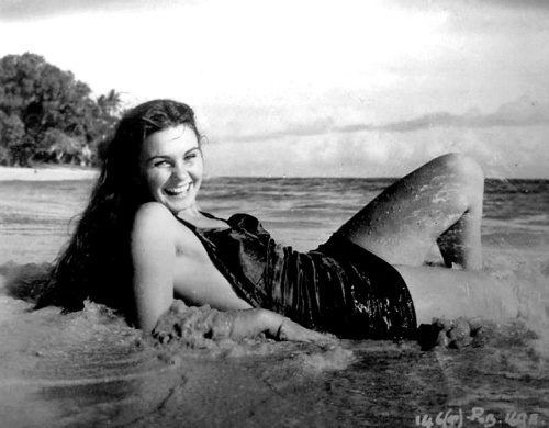 jean_simmons_in_a_bathing_suit_on_beach