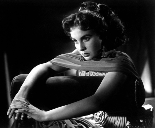 jean_simmons_posing_over_cushion