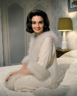 jean_simmons_smiling_in_dressing_gown
