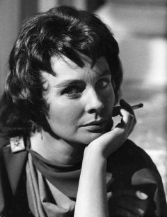 jean_simmons_with_a_cigarette_on-set_of_spartacus