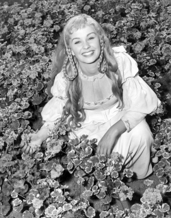 jean_simmons_with_flowers_on_set_for_hamlet