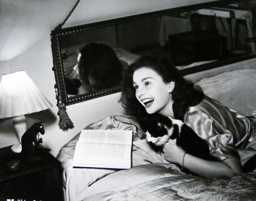 jean_simmons_with_her_pussy_on_bed