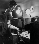 shirley_eaton_being_painted_gold_for_goldfinger