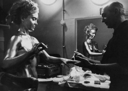 shirley_eaton_being_painted_gold_for_goldfinger_2