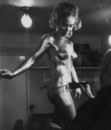 shirley_eaton_being_painted_gold_for_goldfinger_3
