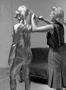 shirley_eaton_being_painted_gold_for_goldfinger_4