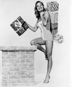 shirley_eaton_delivering_christmas_presents