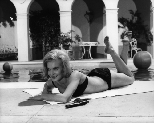 shirley_eaton_lying_face_forward_in_a_bikini_in_the_girl_hunters
