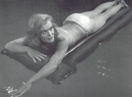 shirley_eaton_lying_on_a_lilo_in_swimming_pool.jpg?w=500&h=369