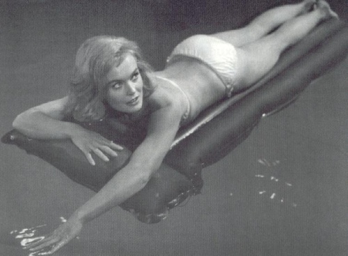 shirley_eaton_lying_on_a_lilo_in_swimming_pool