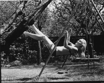 shirley_eaton_on_a_swing