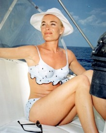 shirley_eaton_relaxing_on_yacht