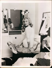 shirley_eaton_turning_round_at_dressing_room_mirror