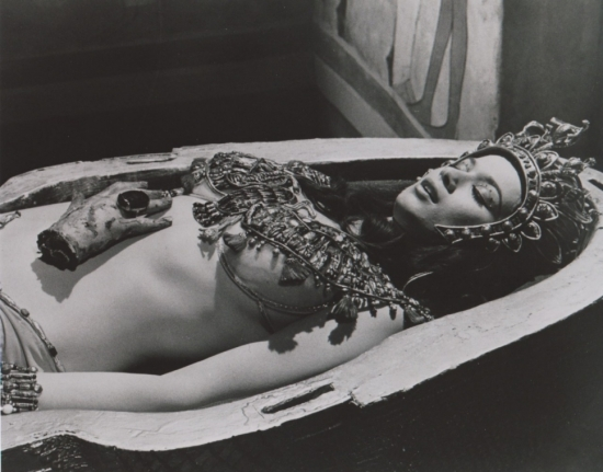 valerie_leon_blood_from_the_mummy's_tomb_lying_in_coffin