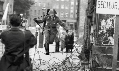 berlin_wall_1961_east_german_soldier_conrad_schumann_defects_by_jumping_over_barbed_wire_border_as_berlin_wall_is_built