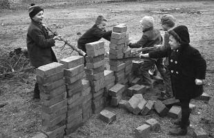 berlin_wall_1962_children_play_at_building_their_own_wall