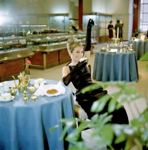 audrey_hepburn_breakfast_at_tiffany's_1961_again