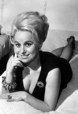 barbara_windsor_black_dress_2