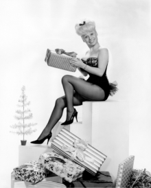 barbara_windsor_christmas_cheesecake_pose