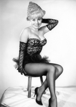 barbara_windsor_wearing_thimble_hat