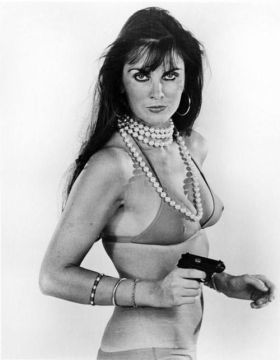 caroline_munro_the_spy_who_loved_me_pose_with_pistol_2