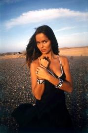 barbara_bach_posing_in_dress_in_the_desert_for_the_spy_who_loved_me