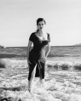luciana_paluzzi_posing_in_the_surf