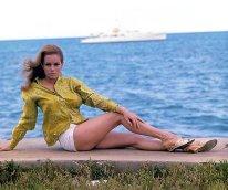 luciana_paluzzi_posing_on_quayside