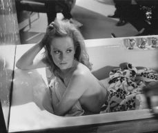 luciana_paluzzi_thunderball_getting_out_of_bath_3