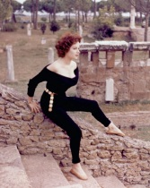 luciana_paluzzi_young_with_short_curly_hair_in_roman_ruins