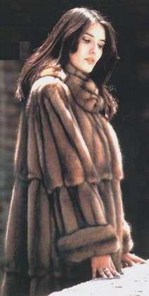 monica_bellucci_fur_coat_2