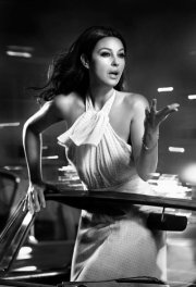 monica_bellucci_leaning_out_of_a_car_photographed_by_vincent_peters