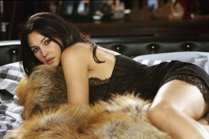 monica_bellucci_lying_on_a_fur_rug